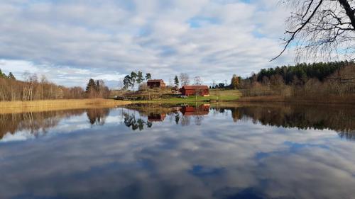 Henaren och hästgården. Foto: Sussi Käll.